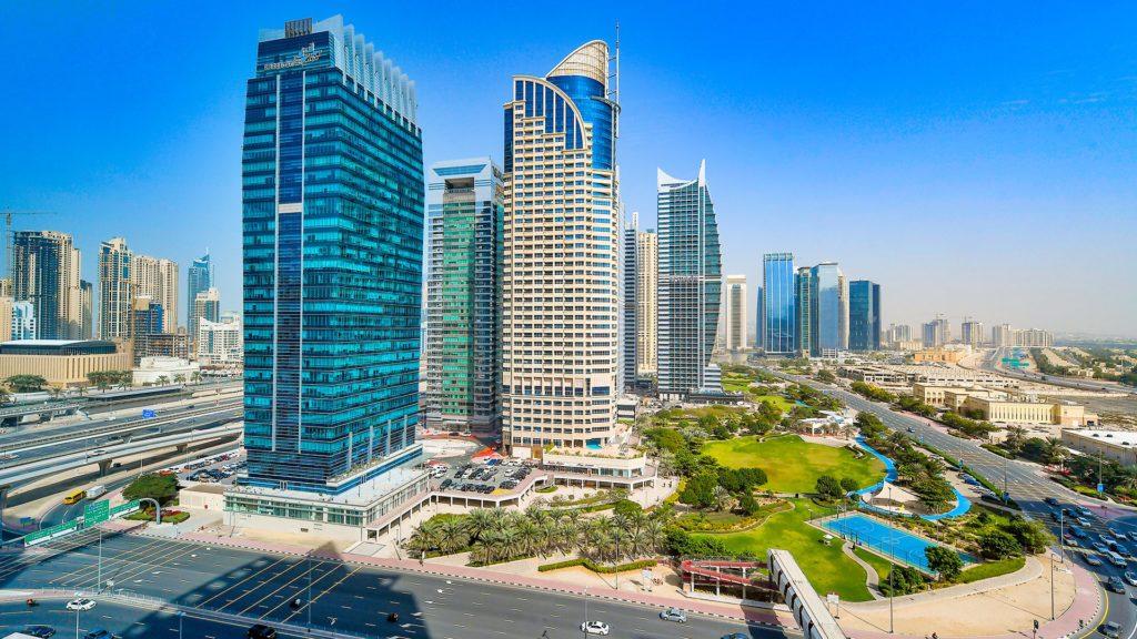 Une des belle et grande pelouse de Jumeirah Lake Tower